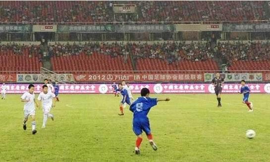 一场激烈的足球比赛.jpg