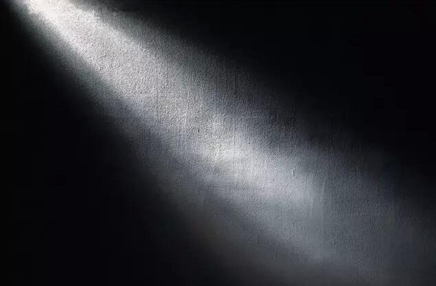 黑暗中的一束光作文500字